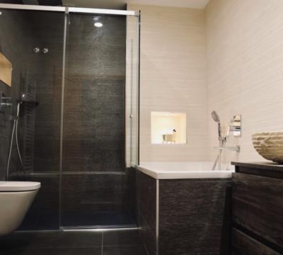 Reforma de cuarto de baño con ducha en color negro en Esparraguera